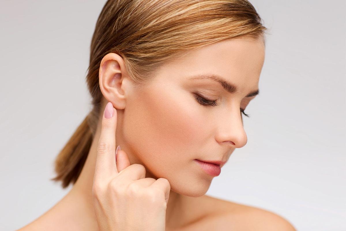 Шишка за ухом болит при нажатии: причины и лечение